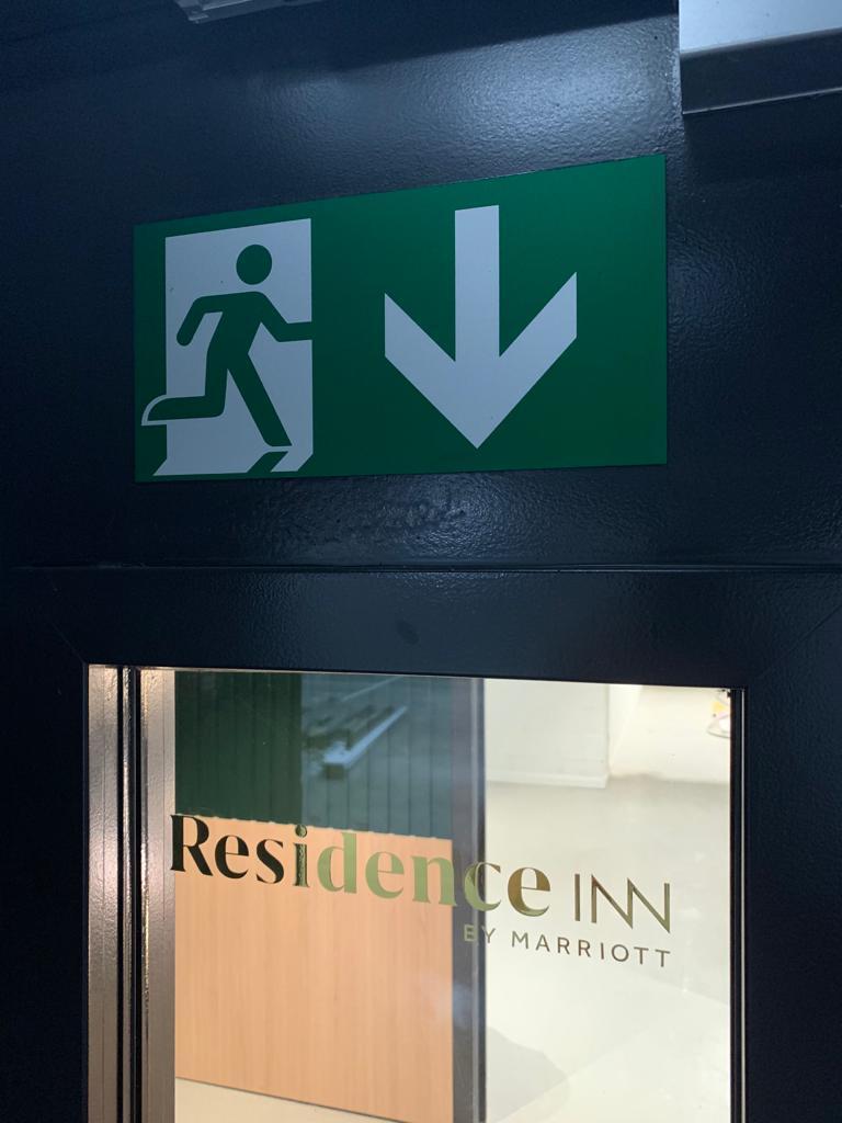 Bestickering raam logo Residence Inn en veiligheidssignalisatie nooduitgang door Actual Sign, member of the Remotec Family