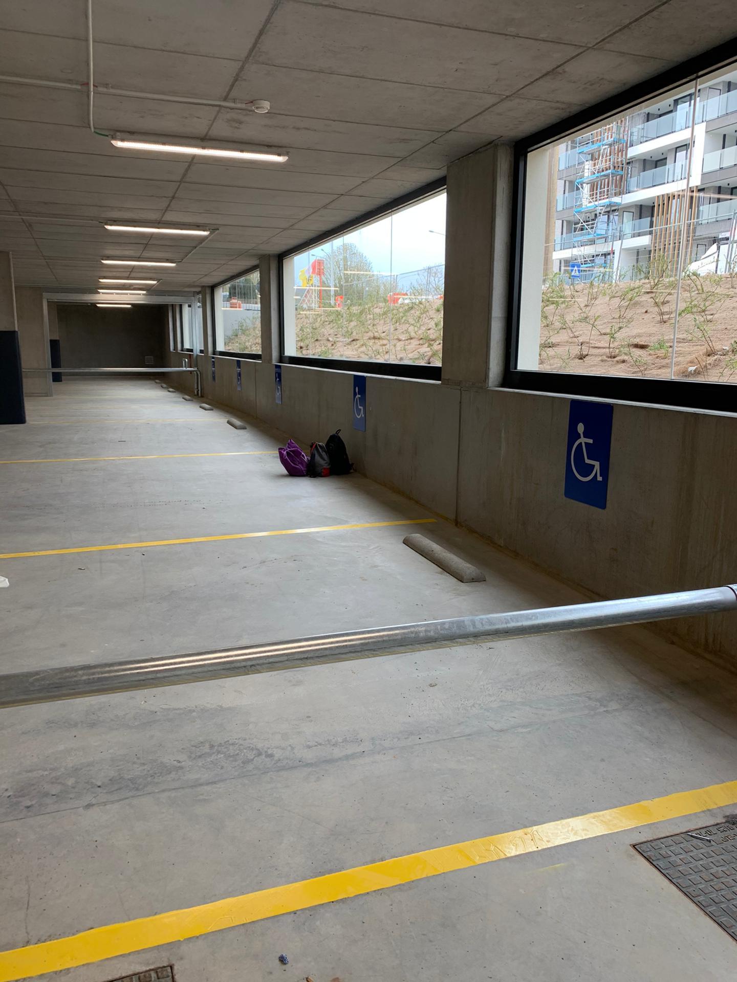 Binnebelijning, biggenruggen en signalisatieborden parking voor mindervaliden, bij Delhaize Aalst, door Remotec