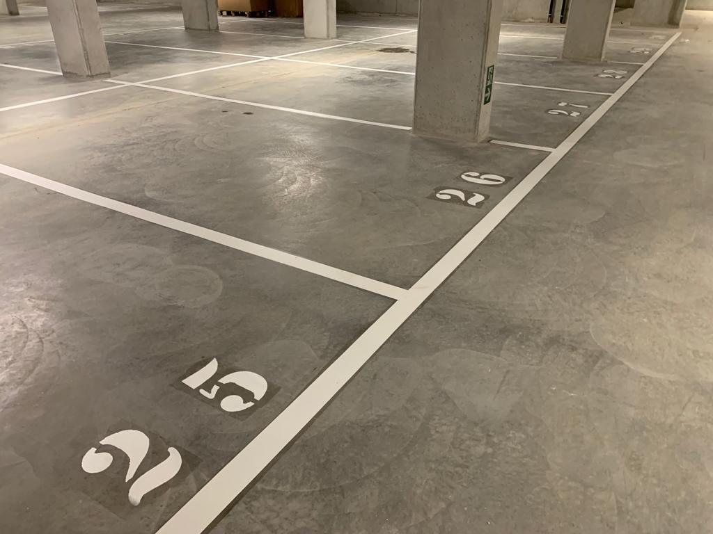 Binnenbelijning ondergrondse parking bij hotel Residence Inn by Marriott, belijning van parkeerplaatsen, symbolen en wandelpaden door Actual Sign, member of the Remotec Group