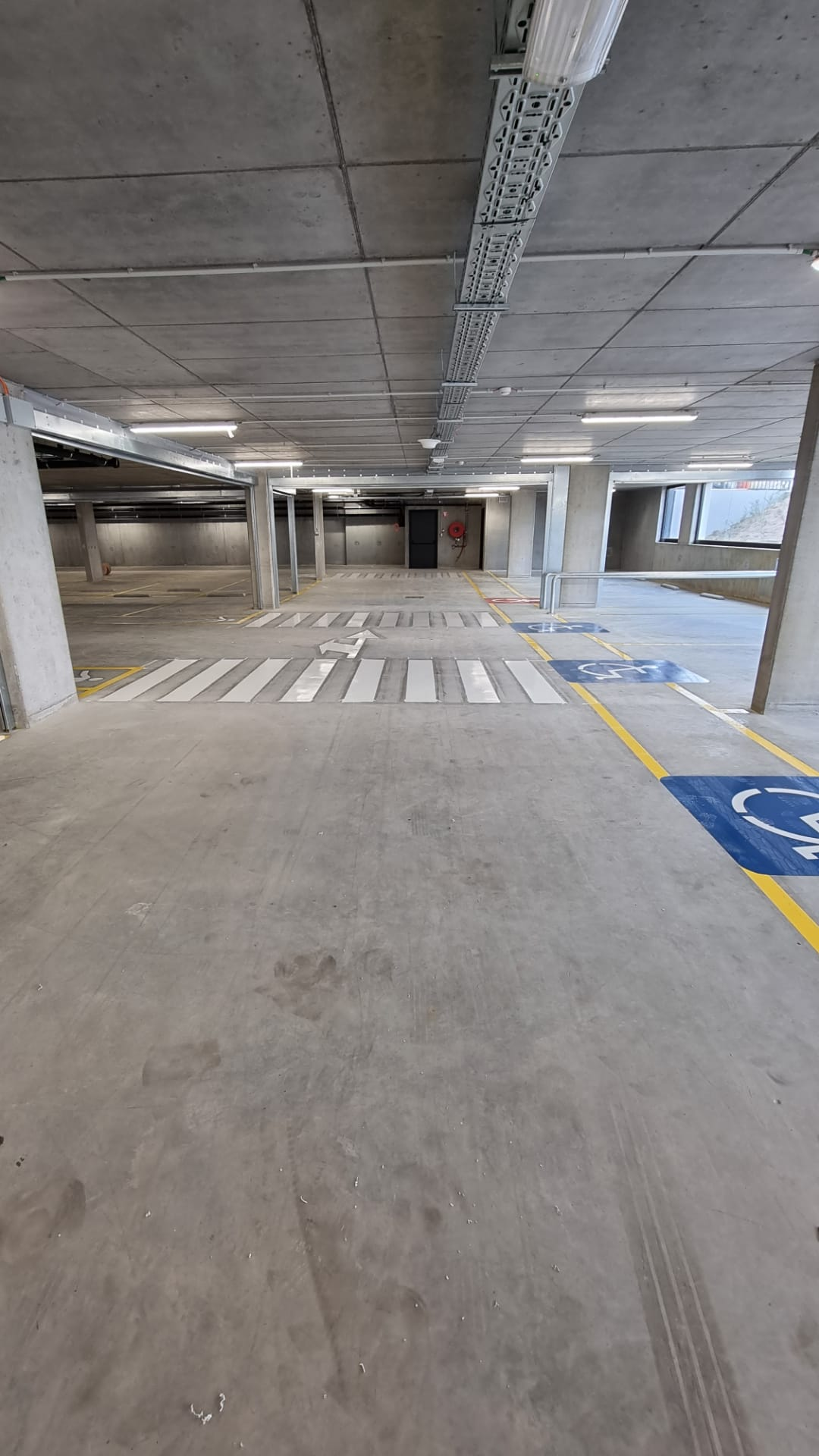 Binnenbelijning ondergrondse parking delhaize Aalst, belijning van parkeerplaatsen, wandelpaden, fietspaden, symbolen en pictogrammen en verkeersplan door Remotec