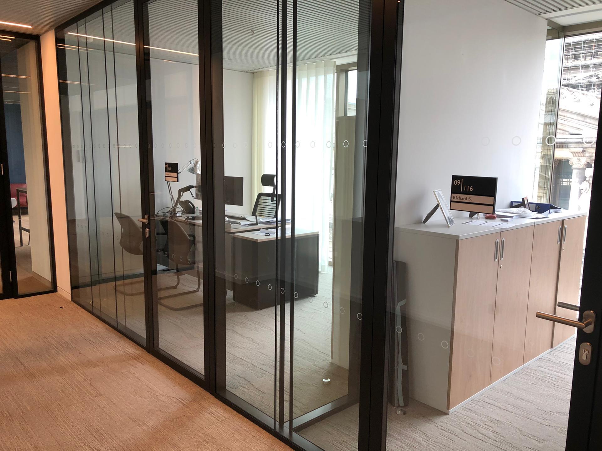Wayfinding kantoorgebouwen bij Tweed in Brussel, deurnaamborden kantoren, door Actual Sign, member of the Remotec Group