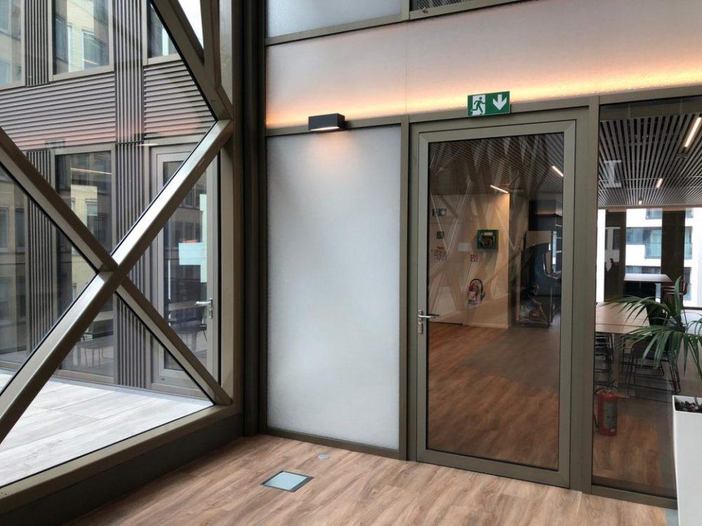 Wayfinding kantoorgebouwen bij Tweed in Brussel, veiligheidspictogrammen evacuatiesignalisatie door Actual Sign, member of the Remotec Group
