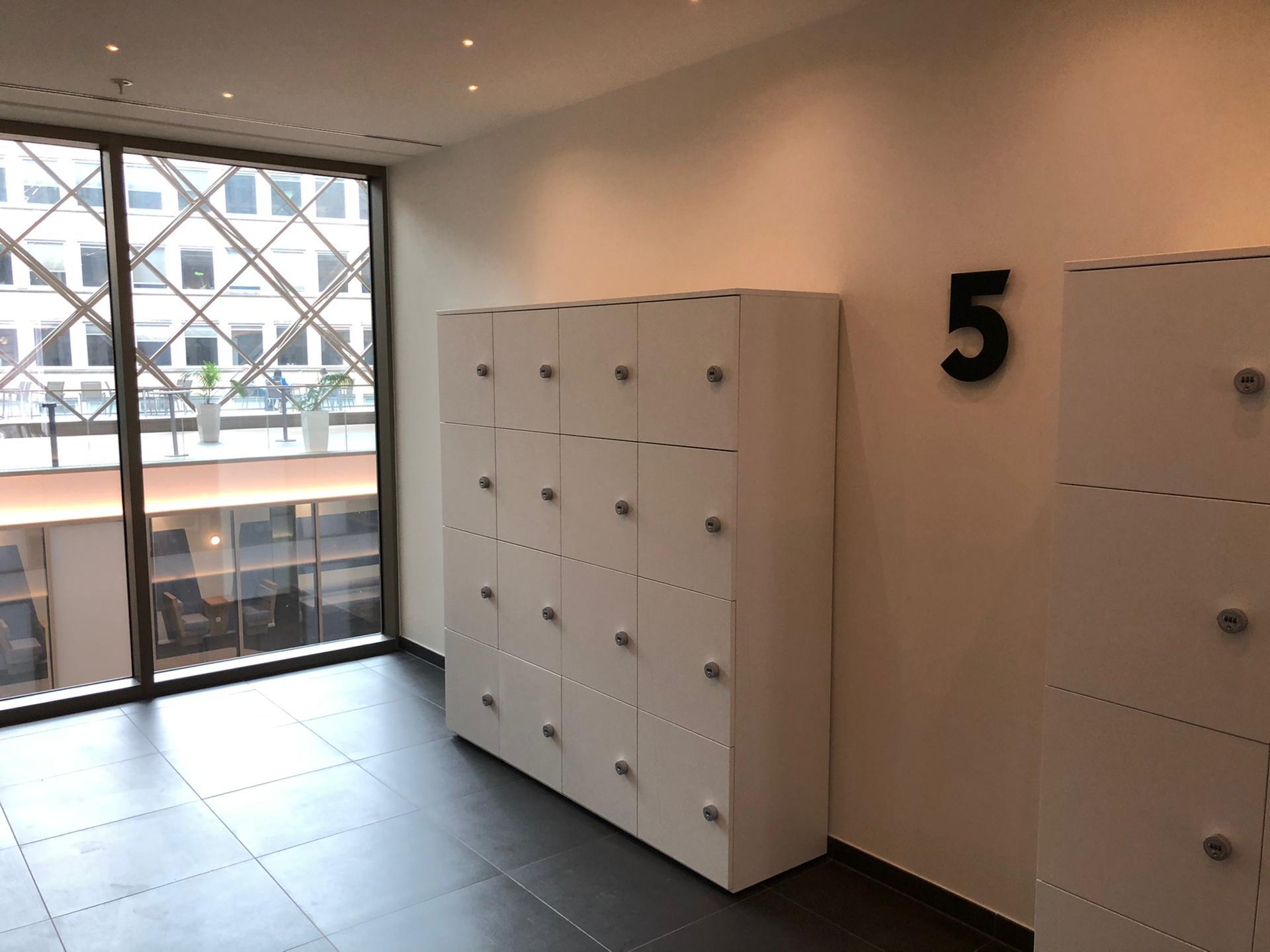 Wayfinding kantoorgebouwen bij Tweed in Brussel, verdiepingnummer uitgefreesd, door Actual Sign, member of the Remotec Group