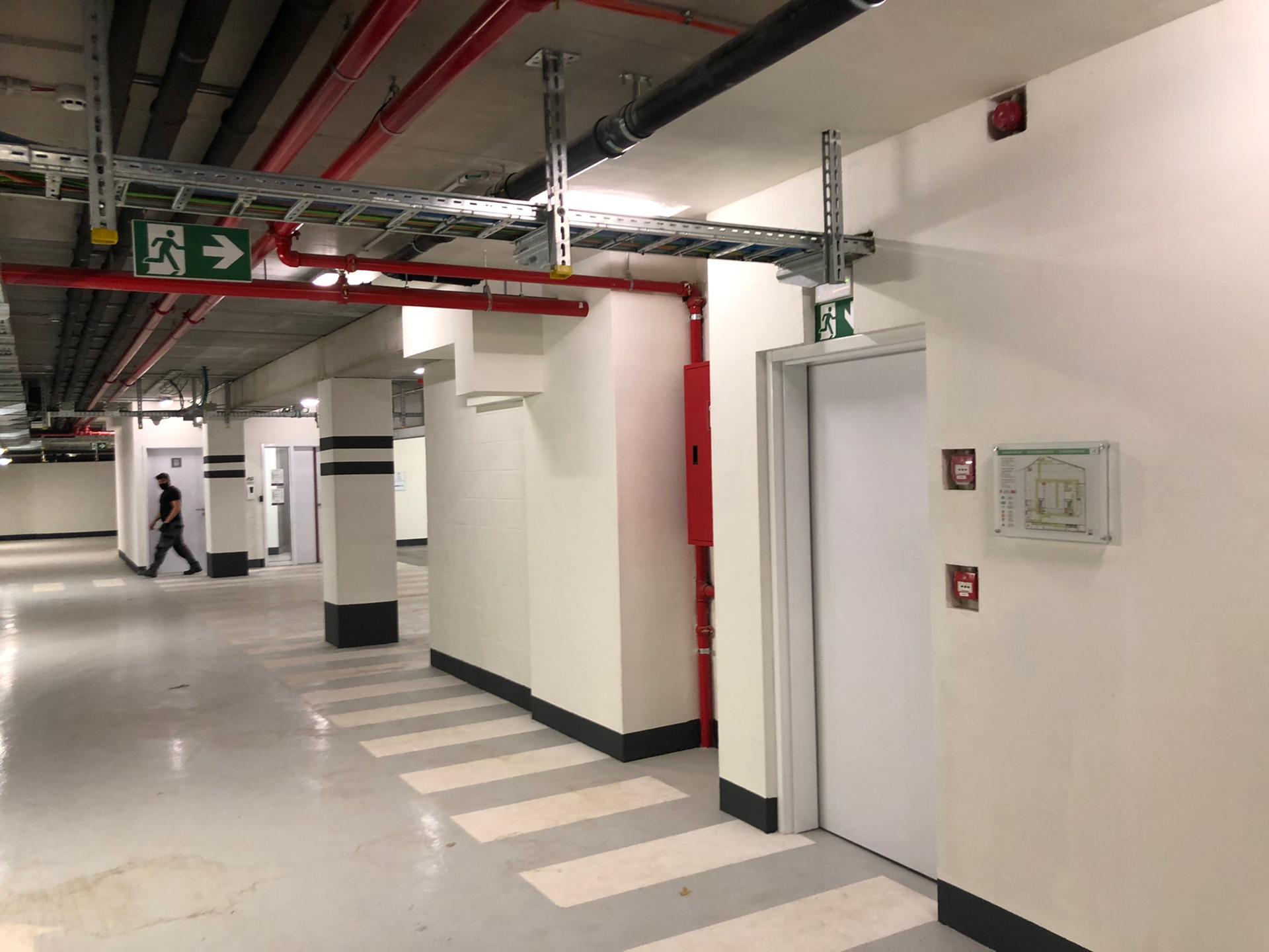 Wayfinding ondergrondse parking bij Tweed, evacuatieplan op wand en veiligheidspictogrammen door Actual Sign, member of the Remotec Group