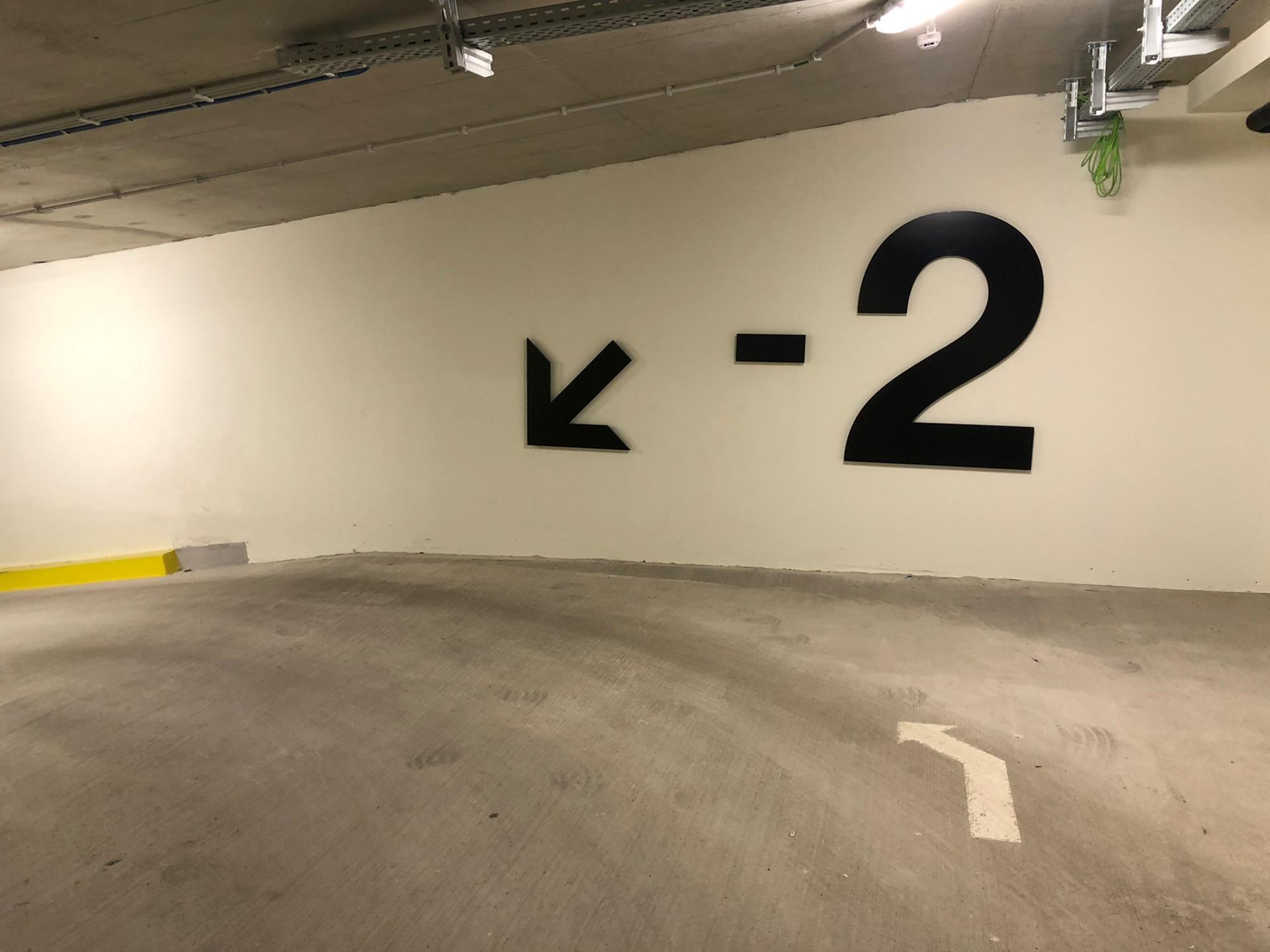 Wayfinding ondergrondse parking bij Tweed, wegwijzerletters op wand door Actual Sign, member of the Remotec Group