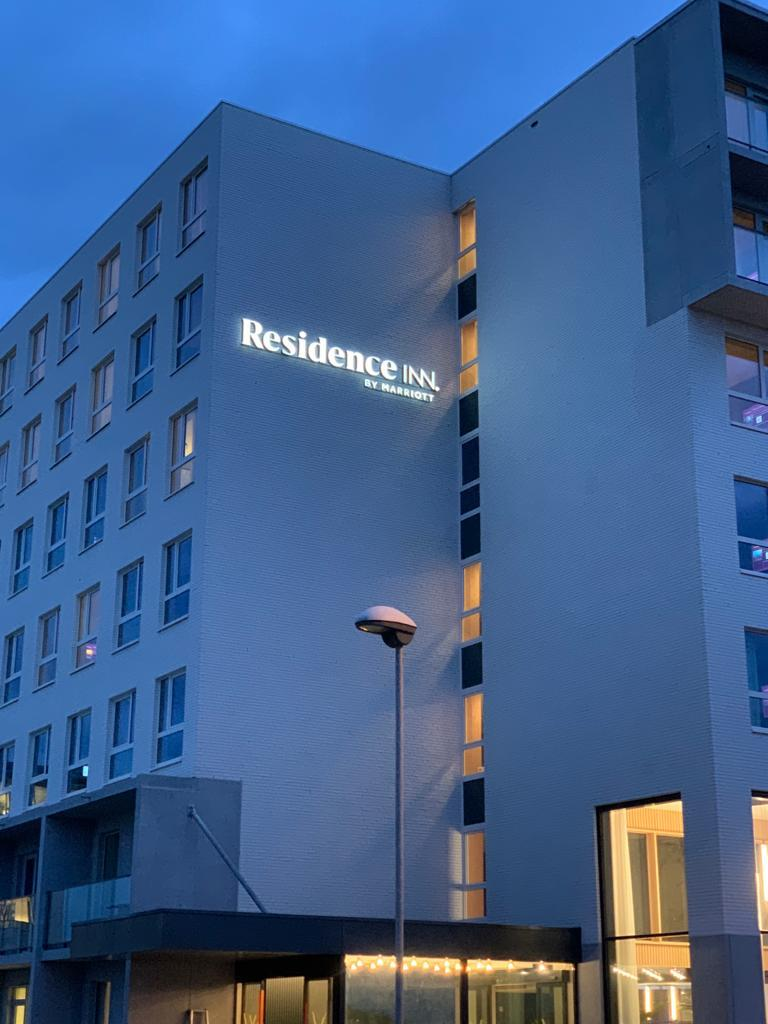 Direct verlichte doosletters Residence Inn by Marriott, 3D-letters op rail, letters met black and white folie, door Actual Sign, member of the Remotec Group, nachtzicht
