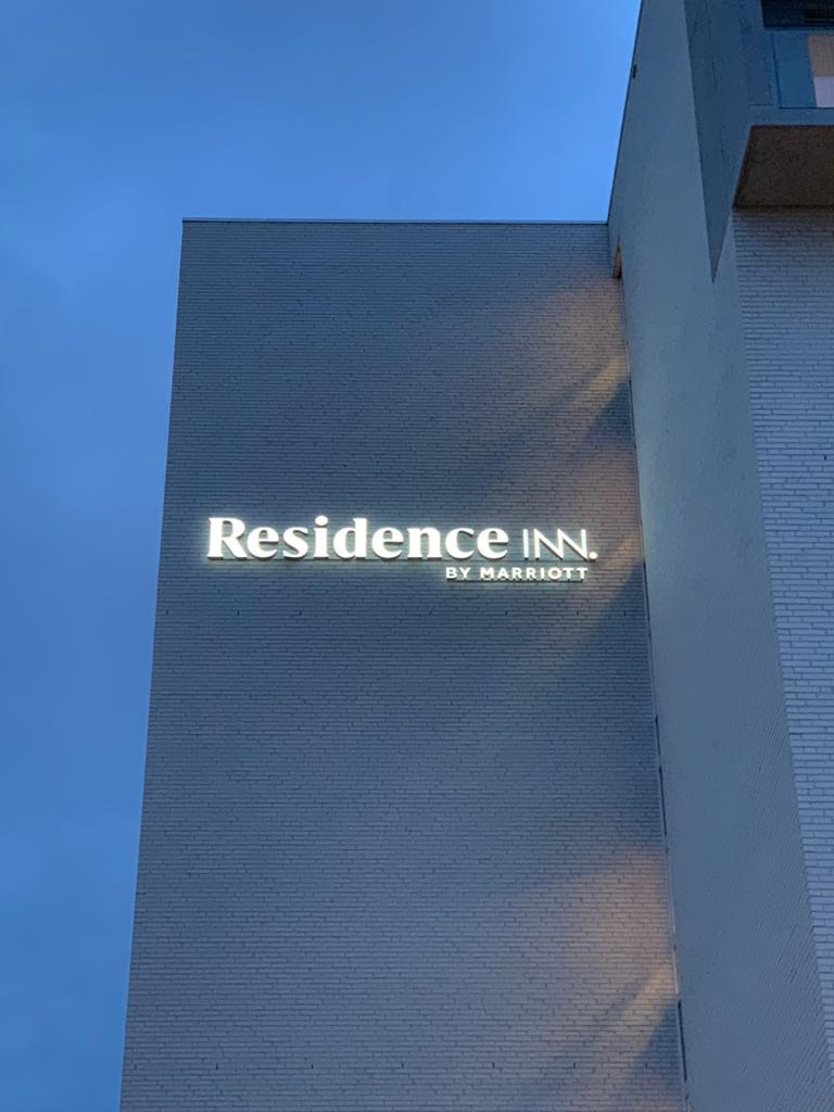 Direct verlichte doosletters Residence Inn by Marriott, 3D-letters op rail, letters met black and white folie, door Actual Sign, member of the Remotec Group, nachtzicht-