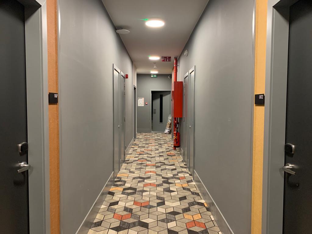 Deurnaamborden en veiligheidssignalisatie pictogrammen evacuatie en brand bij Residence Inn by Mariott, wayfinding en veiligheidssignalisatie door Actual Sign, member of the Remotec Group