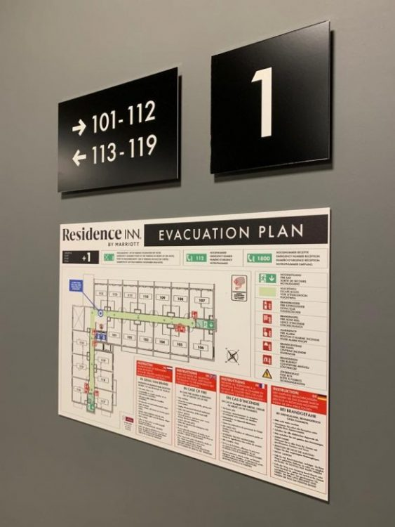 Wayfinding en veiligheidssignalisatie bij Residence Inn by the Marriott, wegwijzerbord, verdiepingsnummer en evacuatieplan door Actual Sign, member of the Remotec Group