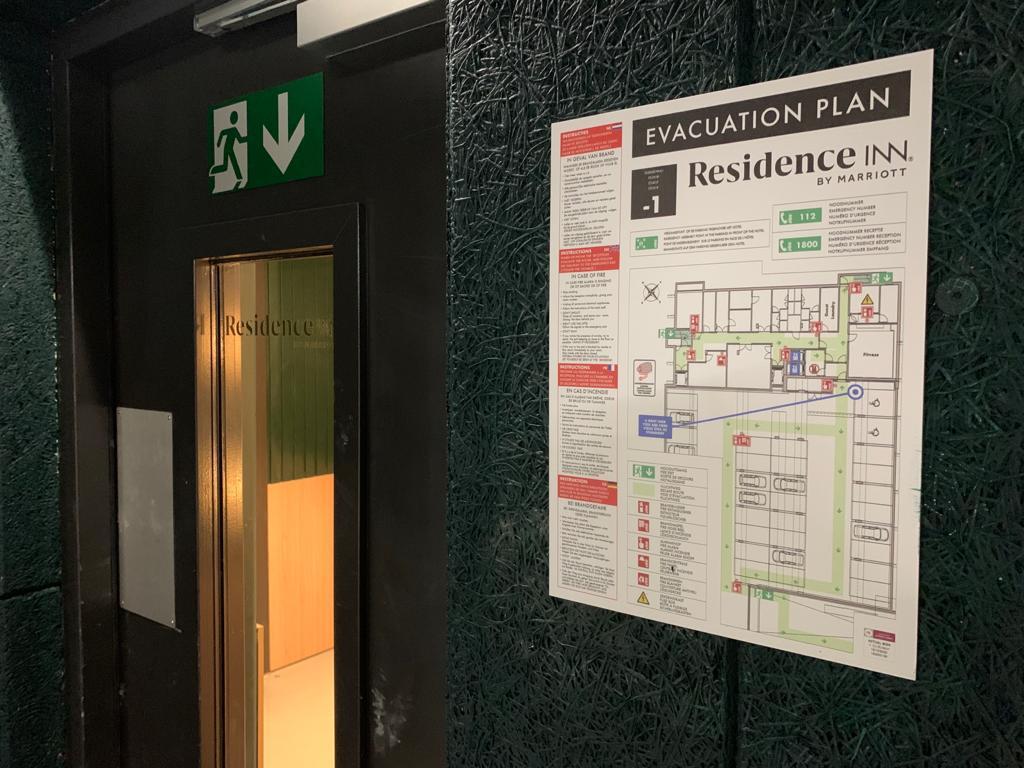 Veiligheidssignalisatie en decoratieve afwerking raamfolie bij Residence Inn by Marriott, evacuatieplan, veiligheidspictogram en vinylsticker logo Residence Inn op glas, door Actual Sign, member of the Remotec Group