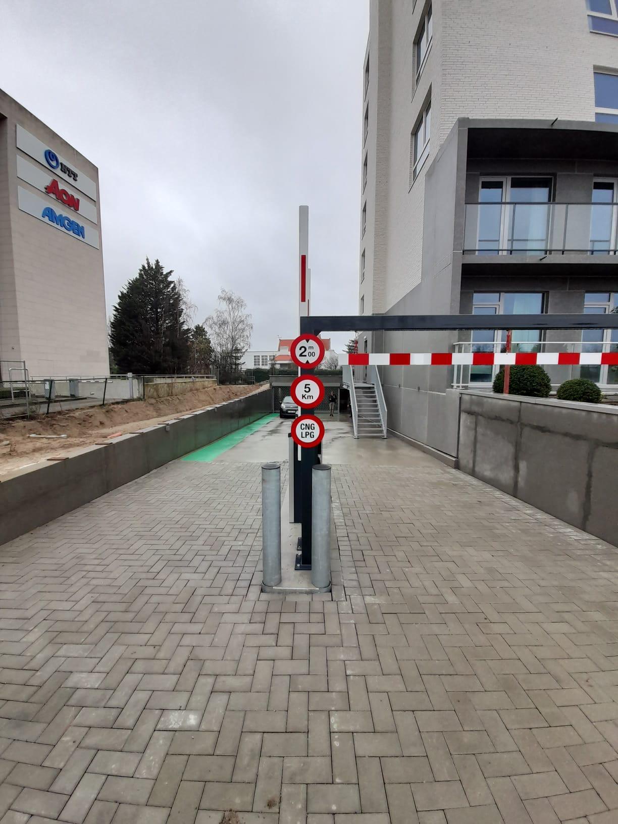 Buitenbelijning wandelpad naar ondergrondse parking en verkeersuitrusting aanrijbeveiliging hoogtebegrenzer, verkeersborden en stootpalen door Actual Sign, member of the Remotec Group