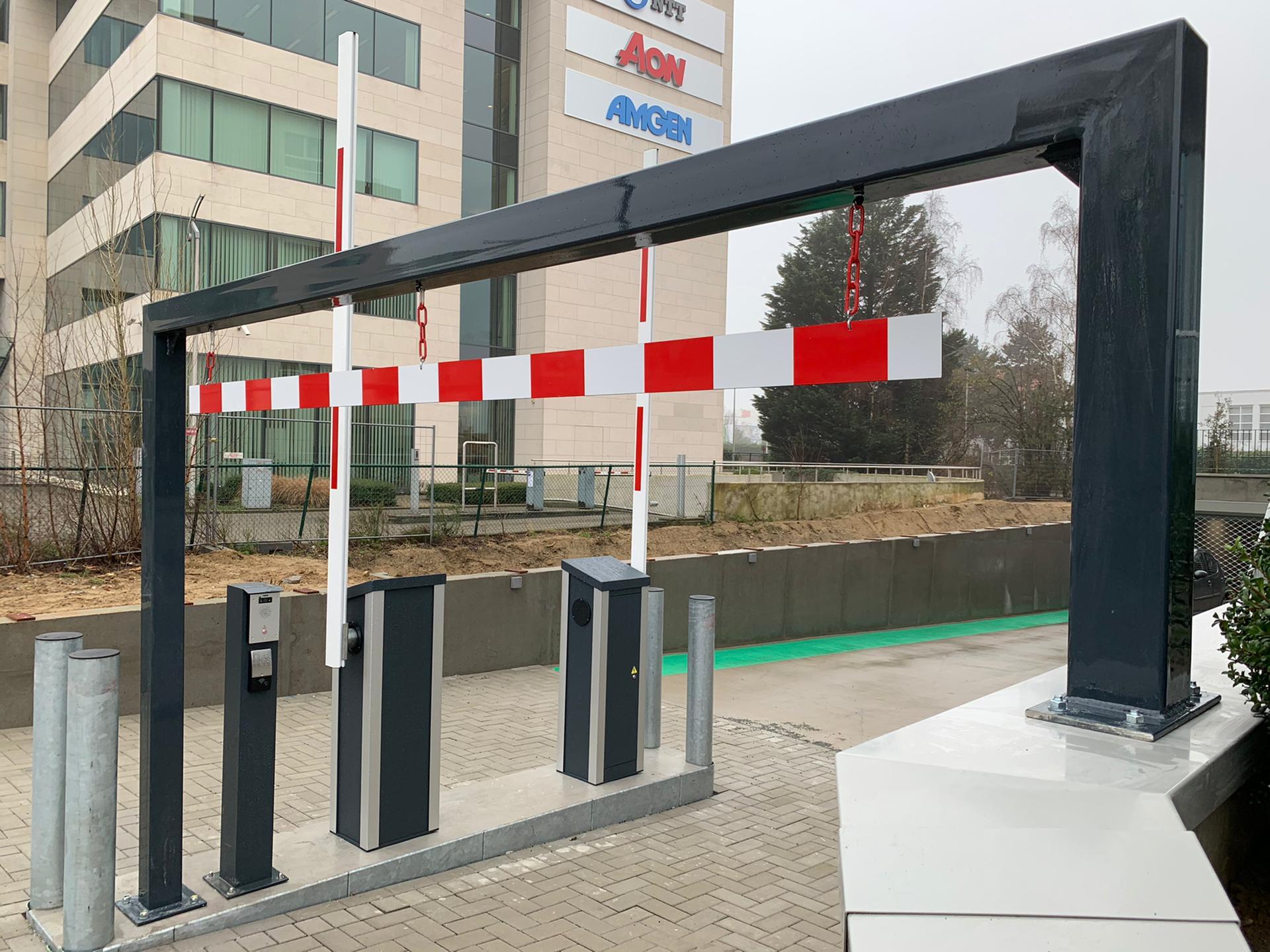 Verkeersuitrusting aanrijbeveiliging hoogtebegrenzer, verkeersborden en stootpalen door Actual Sign, member of the Remotec Group