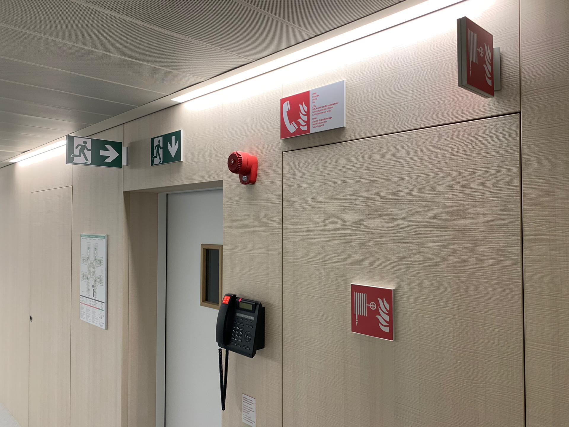 Veiligheidssignalisatie evacuatieplannen en veiligheidspictogrammen brand en evacuatie bij ziekenhuis Chirac Delta door Actual Sign, member of the Remotec Group