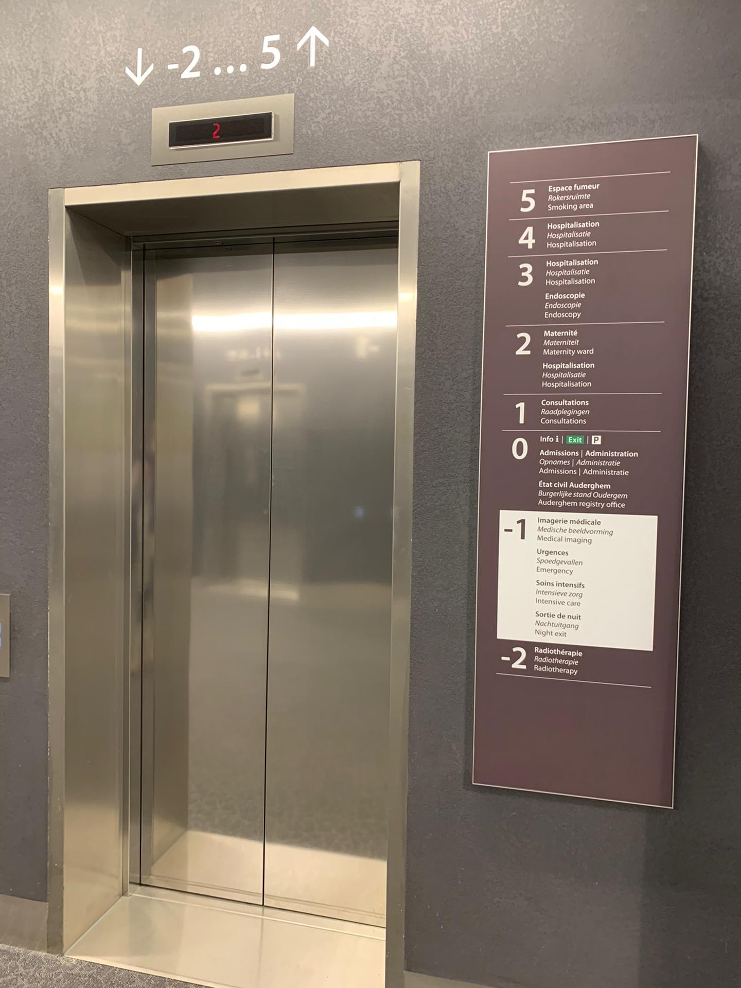 Wayfinding en veiligheidssignalisatie overzichtsbord gebouwindeling verdiepingen en veiligheidspictogram nooduitgang, door Actual Sign, member of the Remotec Group
