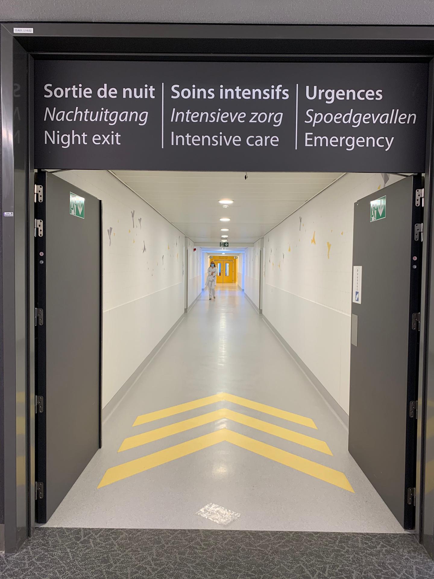 Wegwijzerbord interne wayfinding bij ziekenhuis Chirac Delta, signalisatie nachtuitgang, intensieve zorg en spoed, bord door Actual Sign, member of the Remotec Group
