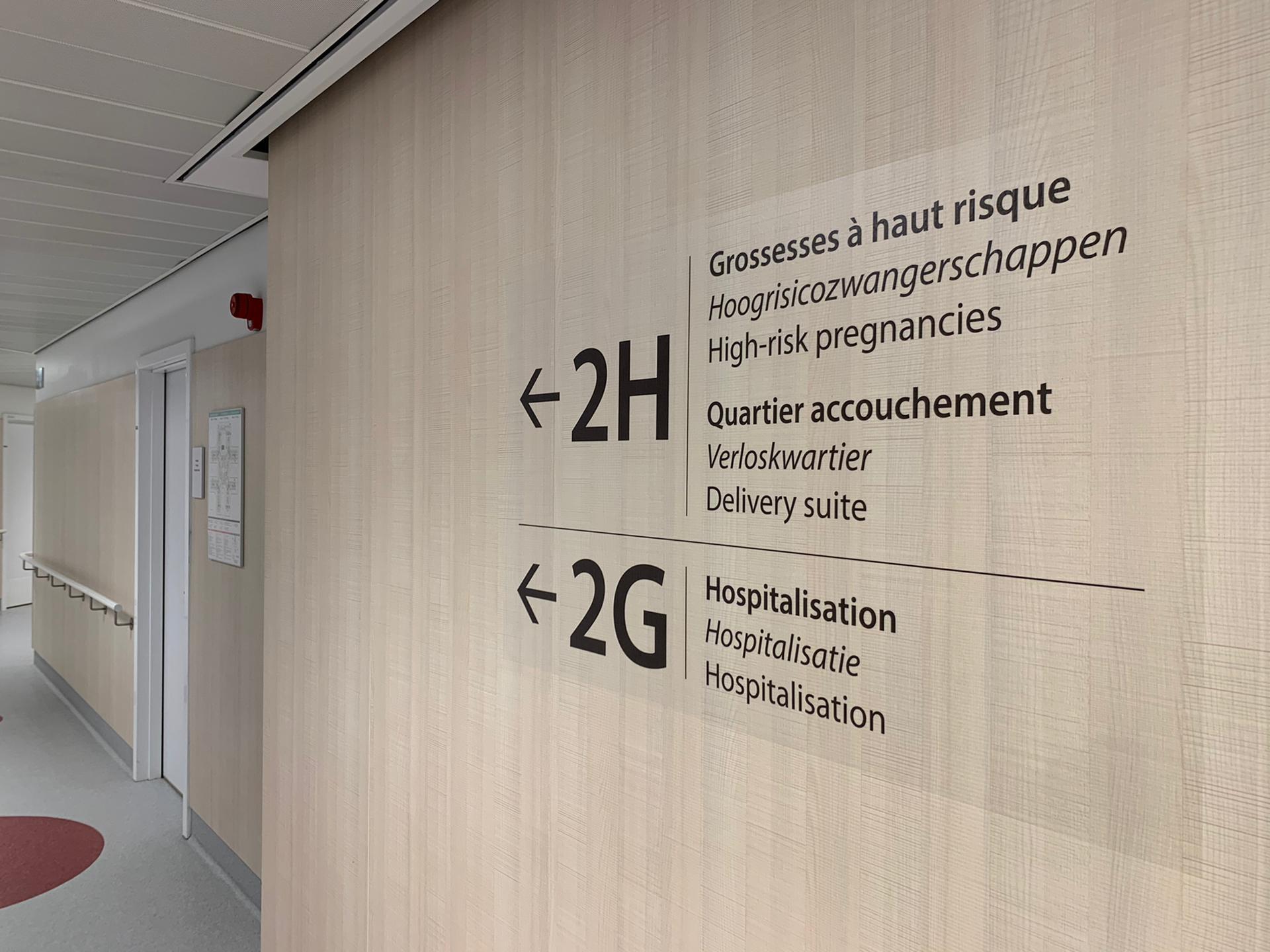 Muursticker letters op doorzichtige vinyl, signalisatie in ziekenhuis Chirac Delta, wayfinding uitgewerkt en uitgevoerd door Actual Sign, member of the Remotec Group