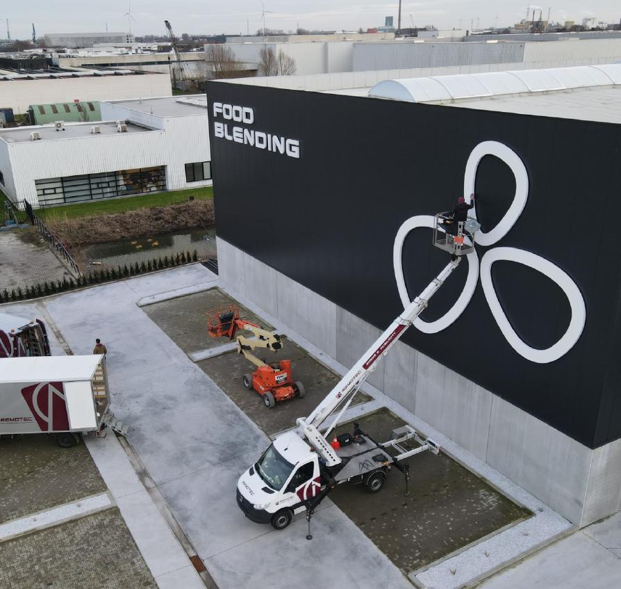 Lichtreclame bij Food Blending, 3D letters en lichtgevend logo, publiciteit op gevel door Remotec