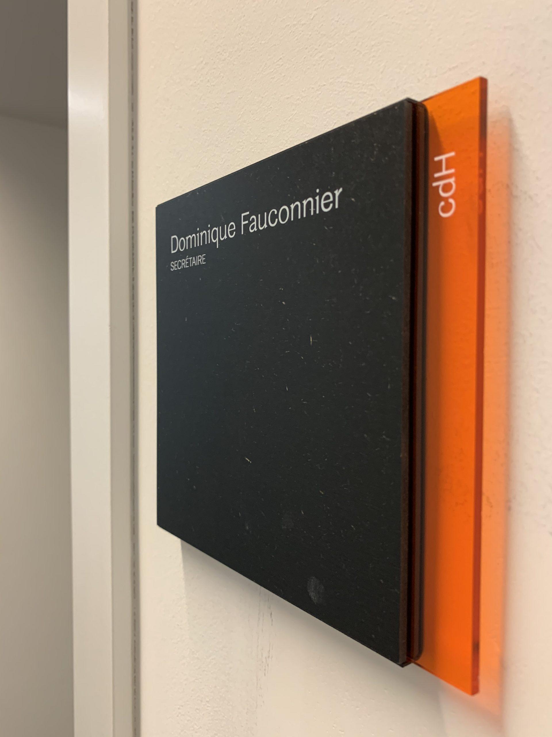 Wayfinding – deurnaambord om signalisatie binnen het gebouw te versterken by actual sign member of the remotec group