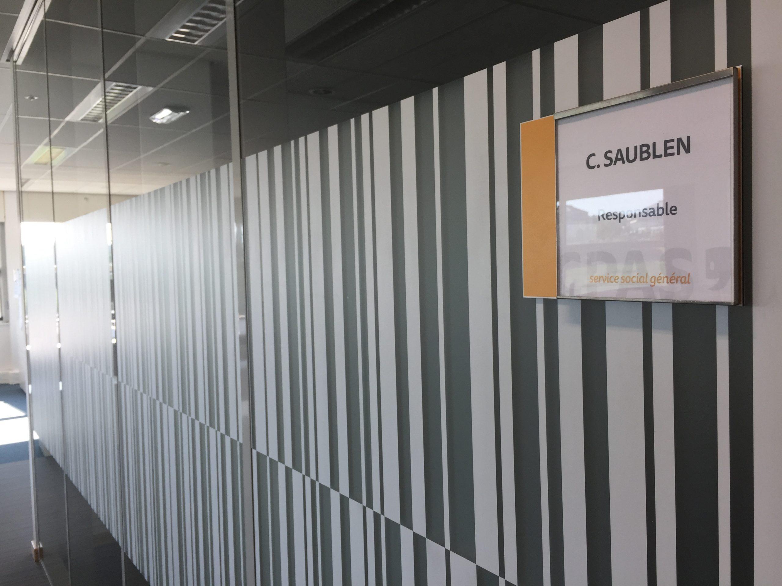 Wayfinding – deurnaamborden om de signalisatie in het gebouw te versterken, gepersonaliseerd aan de huisstijl by actual sign member of the remotec group
