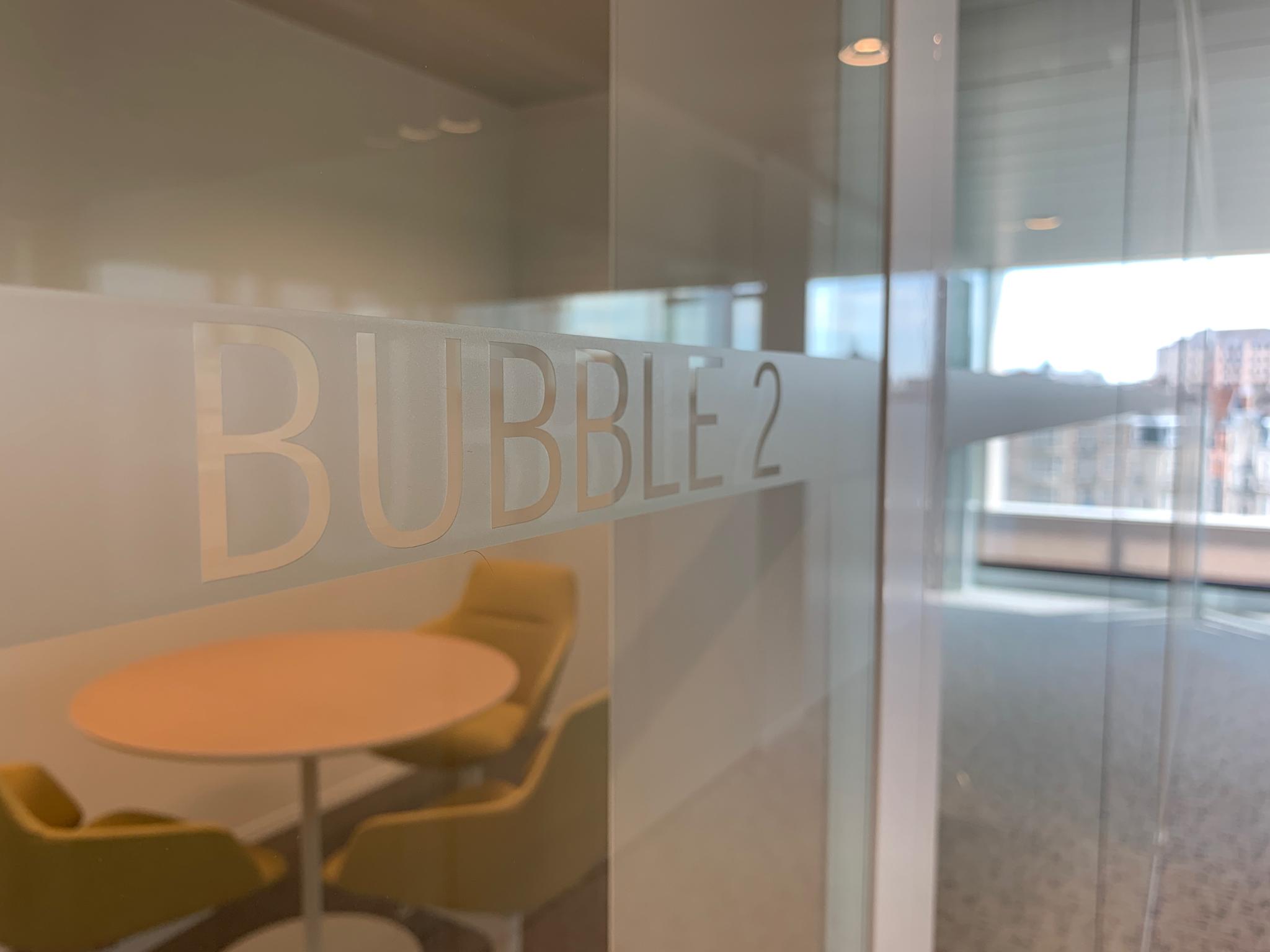 Wayfinding – indoor signalisatie met raamfolie om verschillende ruimtes in het gebouw aan te duiden en een overzicht te creëren by actual sign member of the remotec group