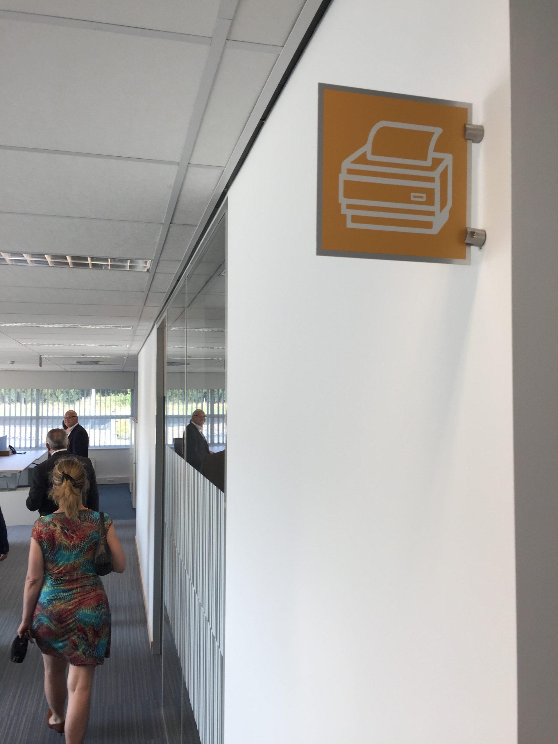 Wayfinding – indoor wayfinding met deurnaamborden in de huisstijl van BLA indoor signalisatie
