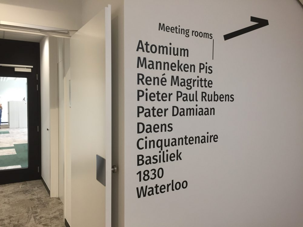 Wayfinding – indoor wayfinding met wegwijzers signalisatie van de verschillende kantoorruimtes door middel van vinyl belettering en stickers by actual sign member of the remotec group