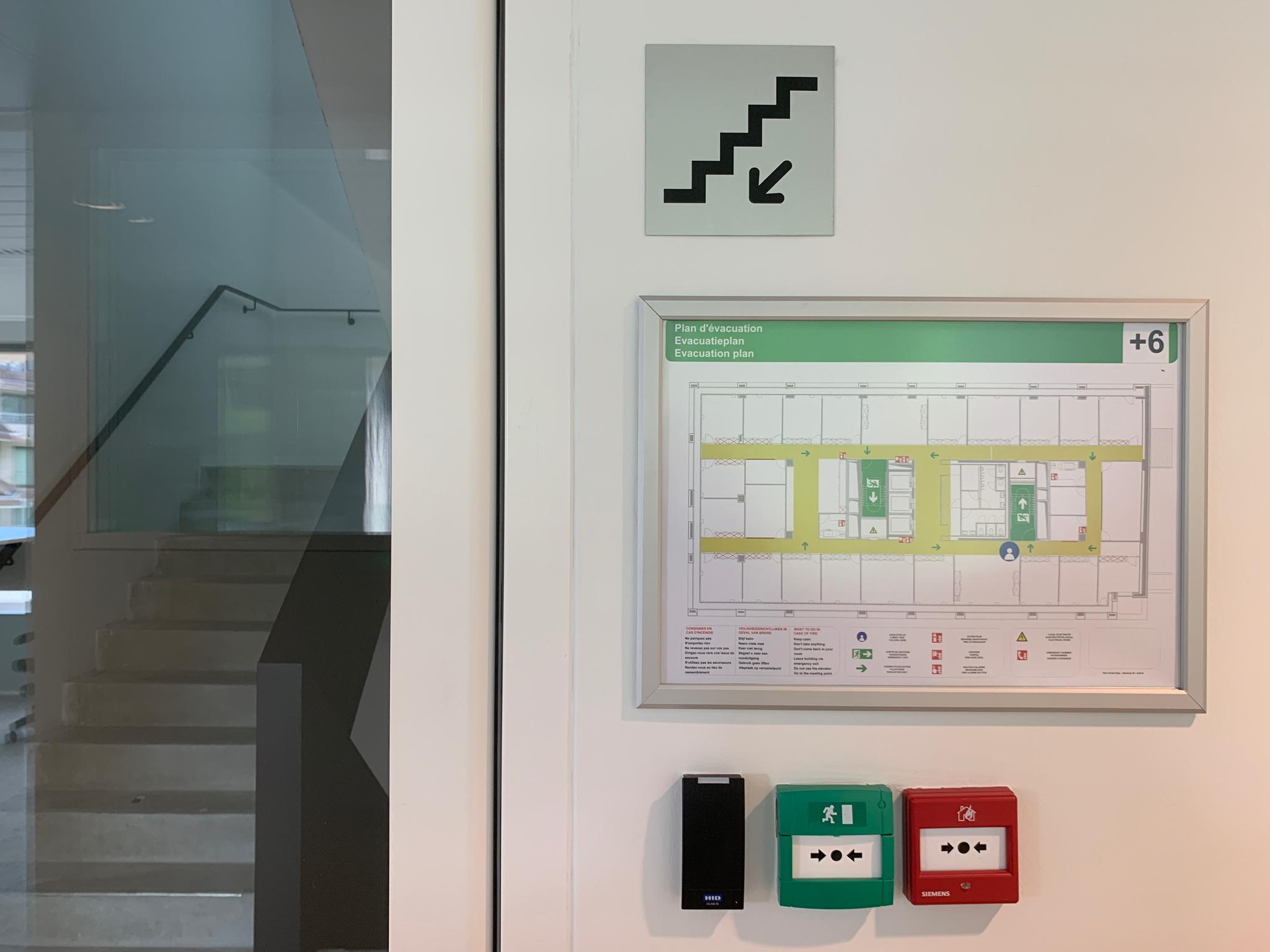 Wayfinding – interne signalisatie in combinatie met evacuatieplannen, wegwijzers geplaatst door actual sign member of the remotec group