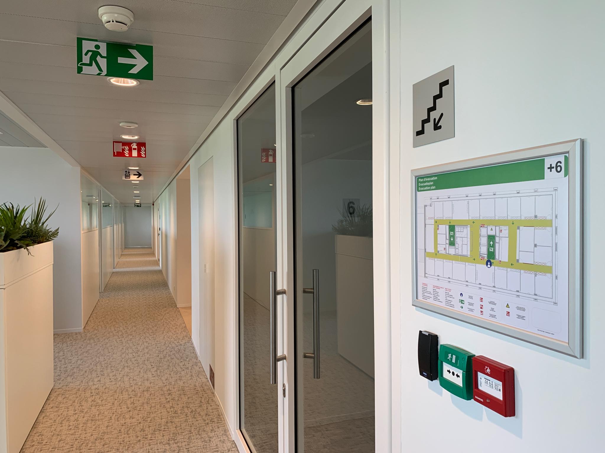 Wayfinding – interne veiligheidssignalisatie uitgewerkt en geplaatst door actual sign member of the remotec group in combinatie met een evacuatieplan