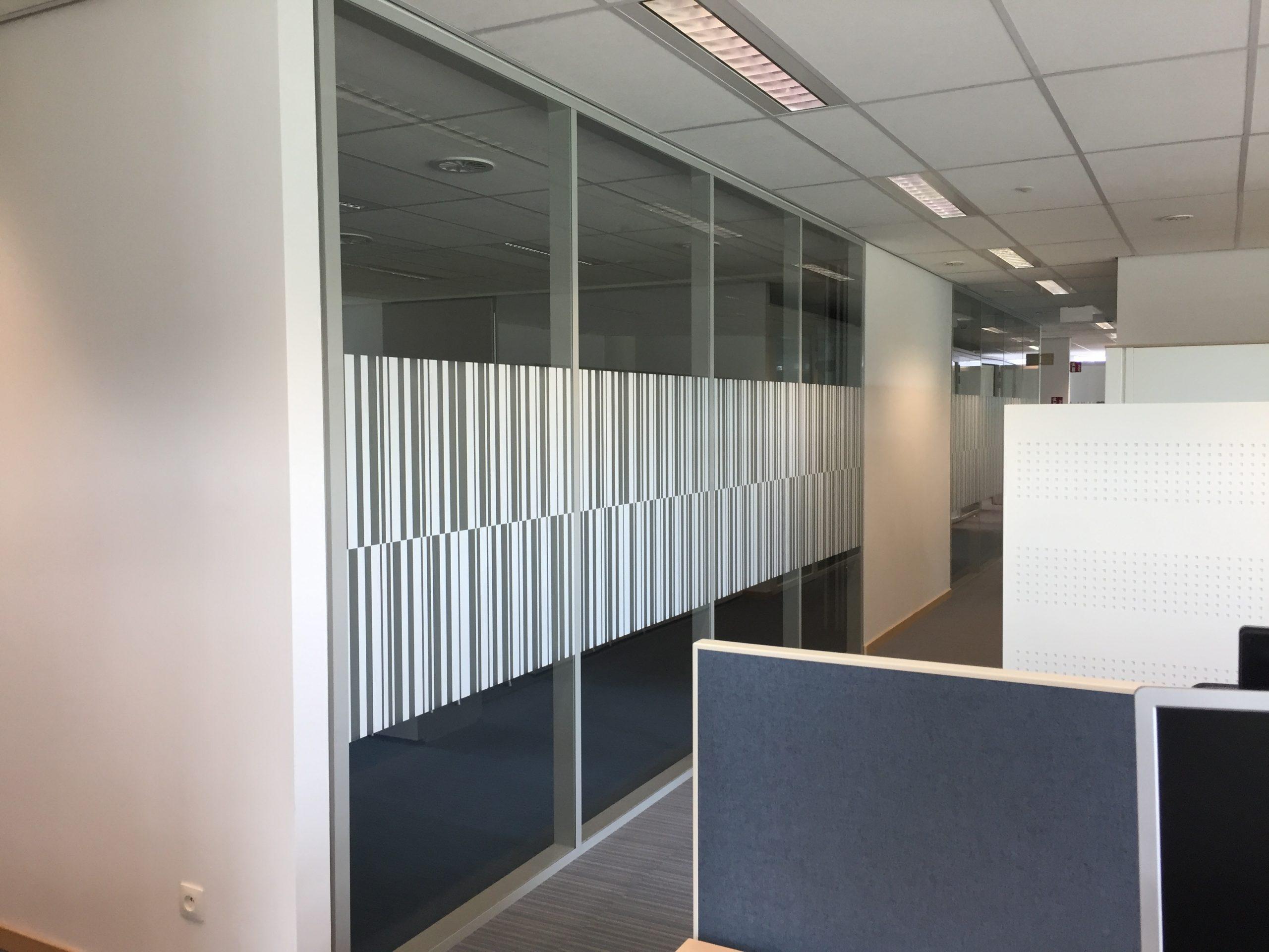 Wayfinding – raamfolies ter decoratie van de kantoorgebouwen in de huisstijl