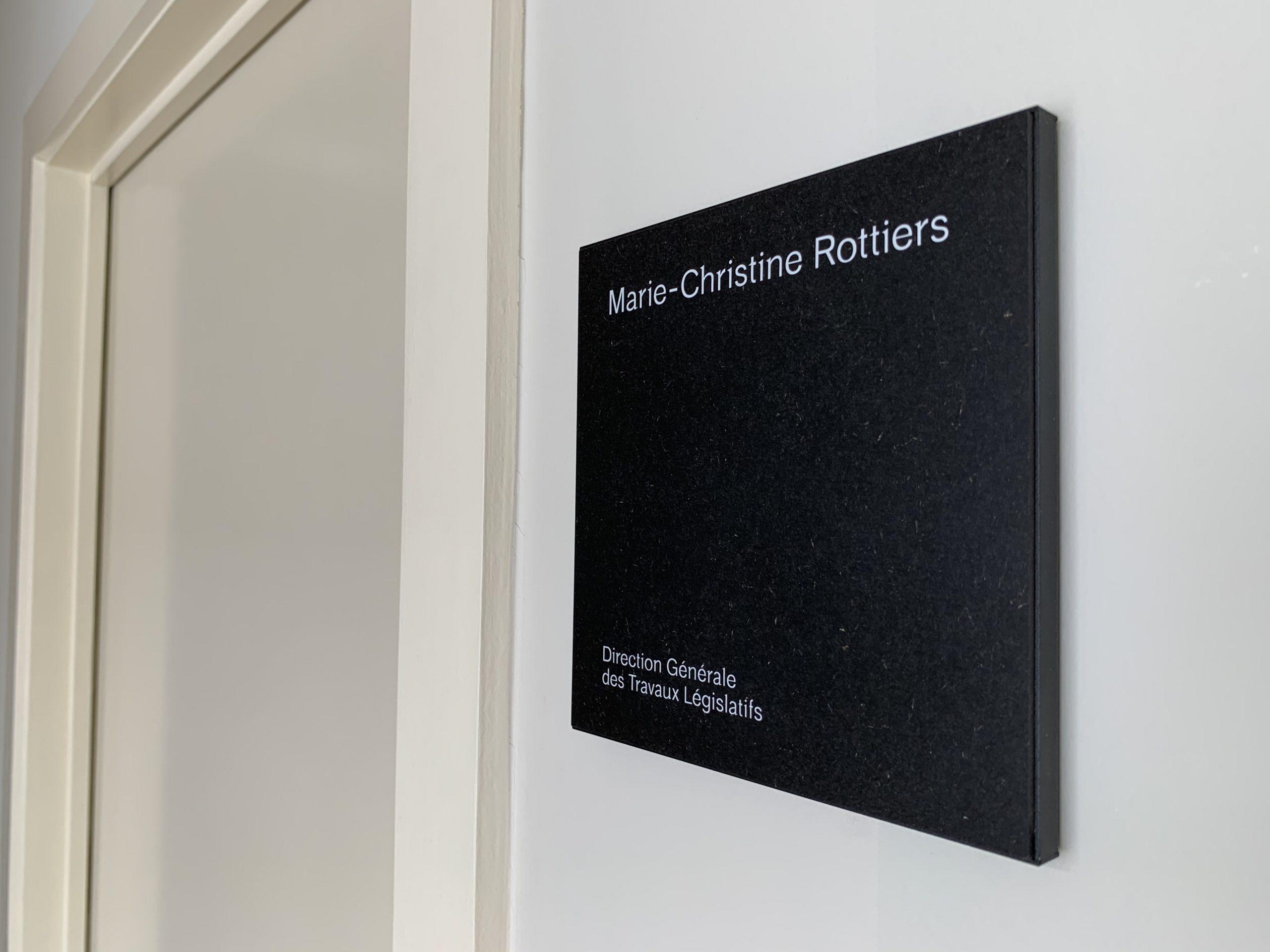 Wayfinding – signalisatie indoor met deurnaamborden aangepast aan de huisstijl van de onderneming by actual sign member of the remotec group