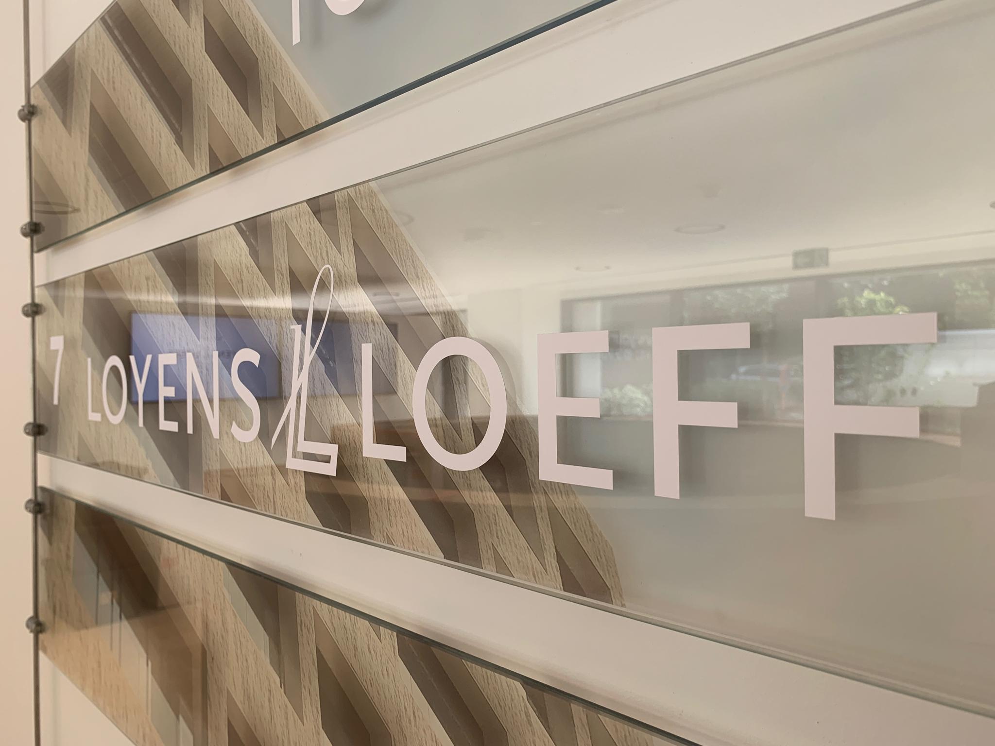 Wayfinding – signalisatiebord met implementatie van het logo van loyens loeff by actual sign member of the remotec group, aangepast aan de huisstijl van het gebouw