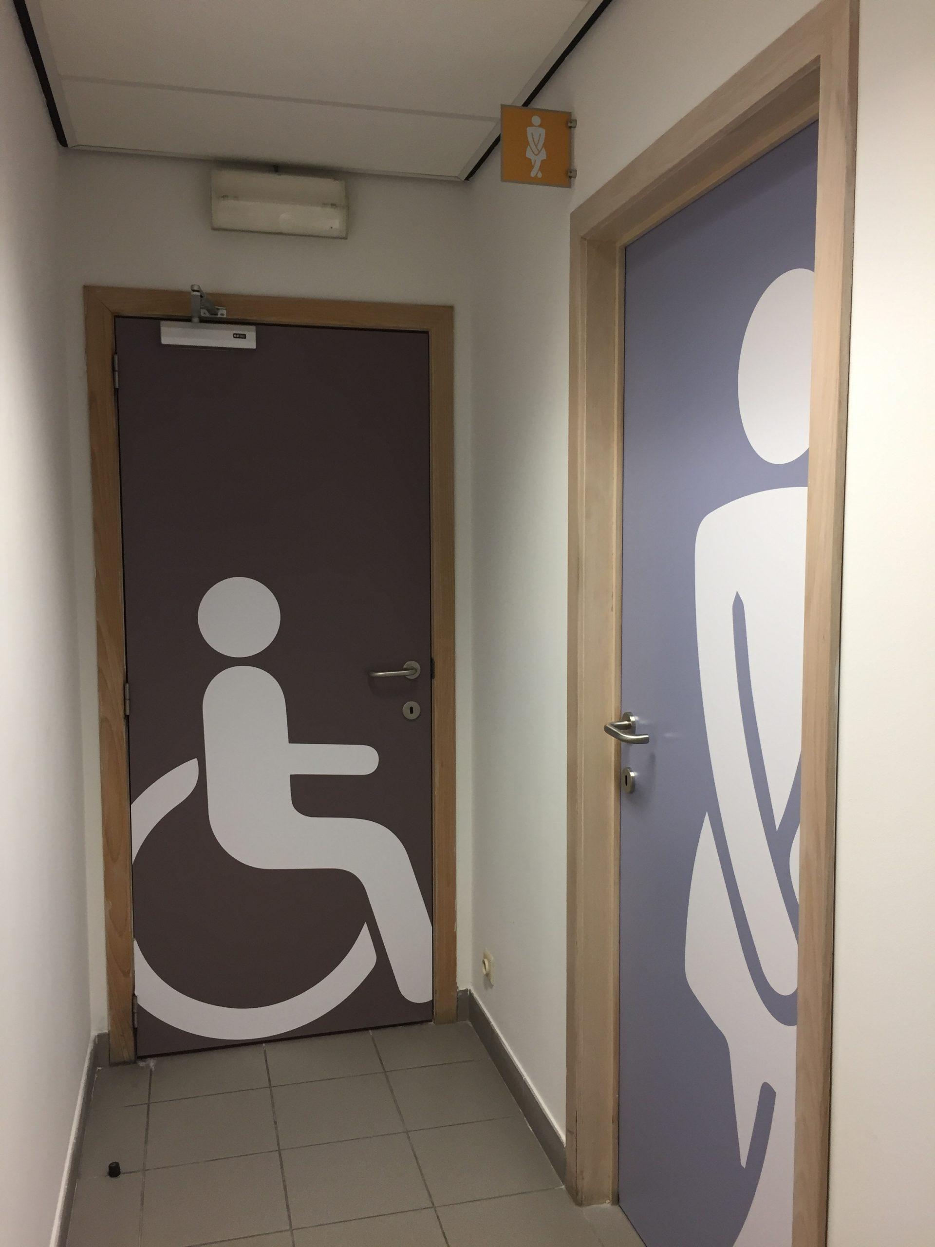 Wayfinding – stickers om de toiletruimte aan te geven in het gebouw van BLA by actual sign member of the remotec group