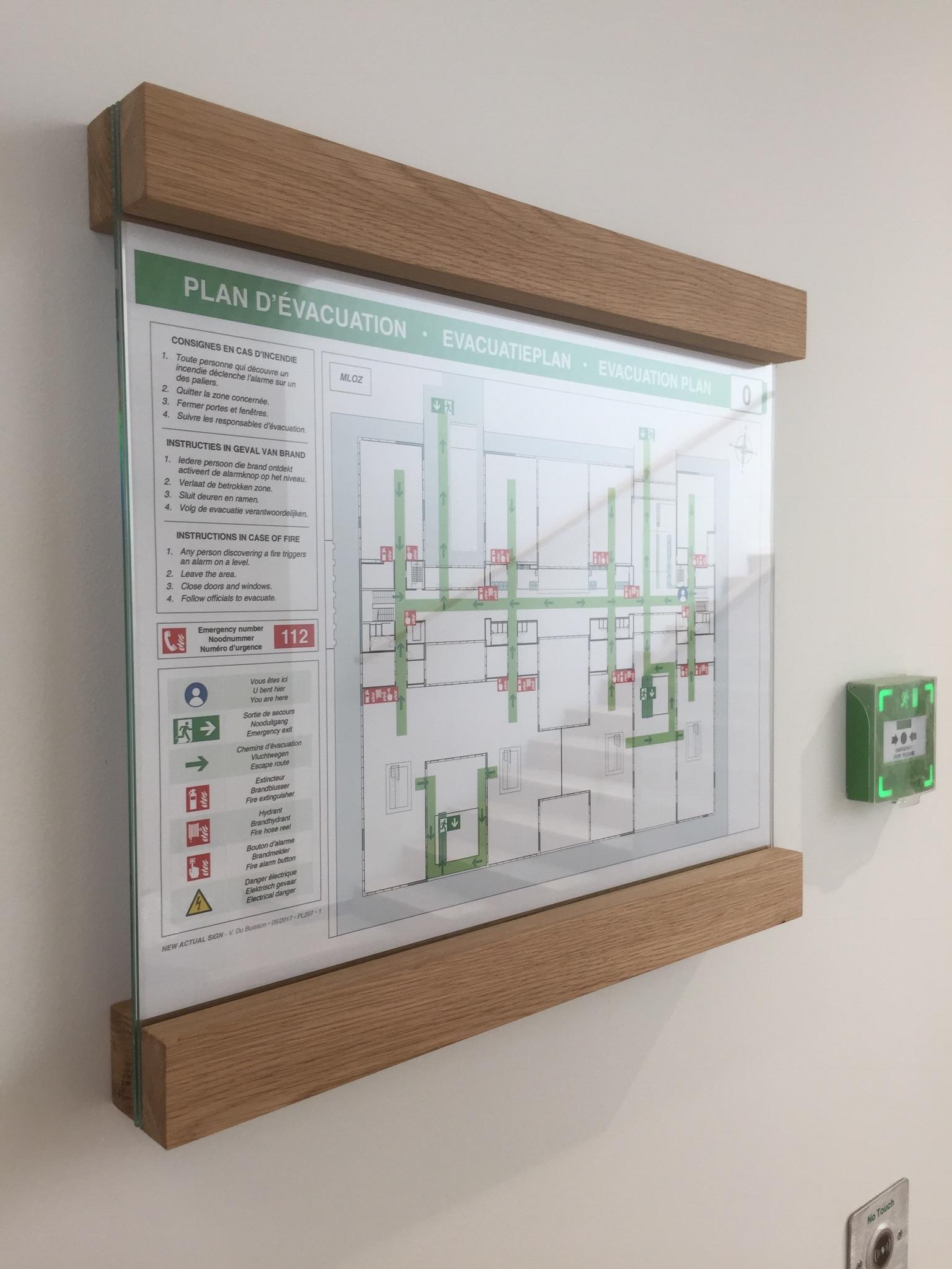 Wayfinding – veiligheidssignalisatie in de vorm van een evacuatieplan, aangepast aan de huisstijl van de onderneming by actual sign member of the remotec group